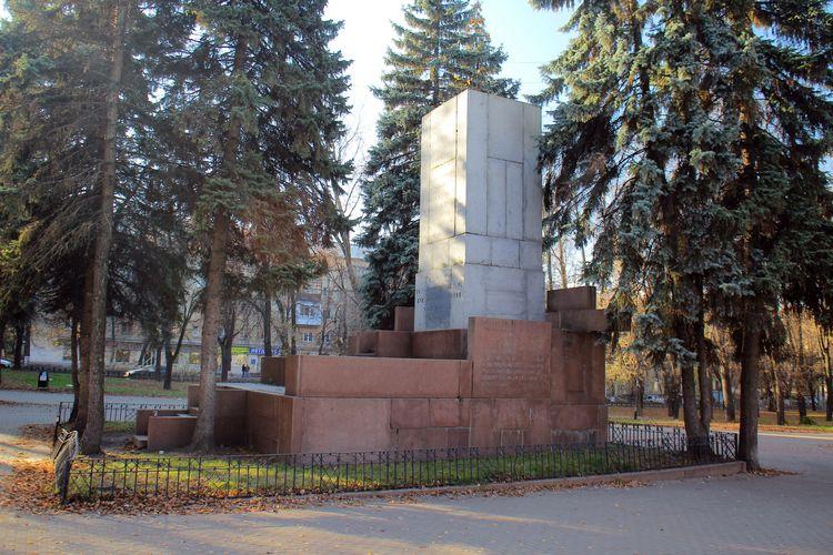 Памятник с семейный Улица 1905 года Ваза. Лезниковский гранит Ленинск